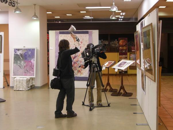 2010年サッポロファクトリー絵画展風景テレビ撮影1.jpg